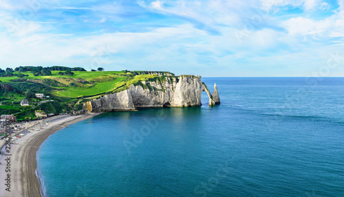 Photo panoramic aerial view of cliffs Aval and Needle of Etretat and beautiful famous coastline