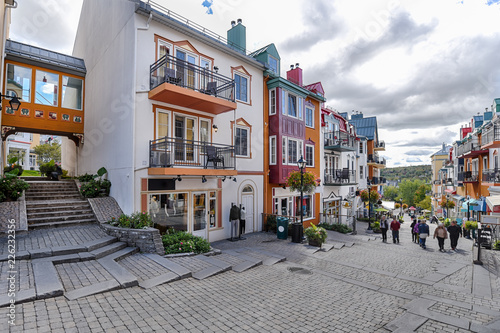 In de dag Centraal-Amerika Landen Mont-Tremblant village main shopping street left side