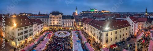 Photo  Bratislava Weihnachtsmarkt im Winter, Slowakei