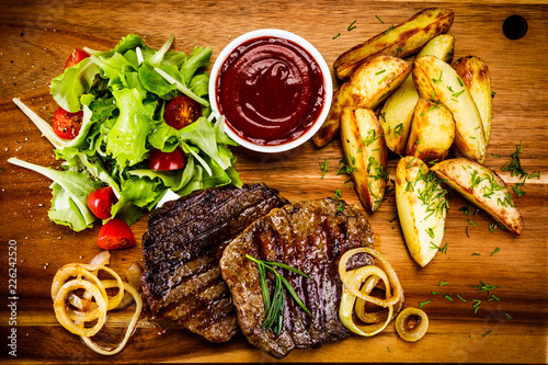 Papiers peints Steakhouse Grilled beefsteak with baked potatoes and vegetables