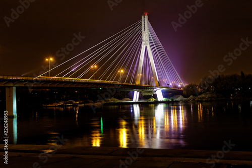 Oświetlony Most Świętokrzyski w nocy, Warszawa, Polska