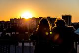 Fototapeta Londyn - Para oglądająca zachód słońca z dzwonnicy kościoła św. Anny