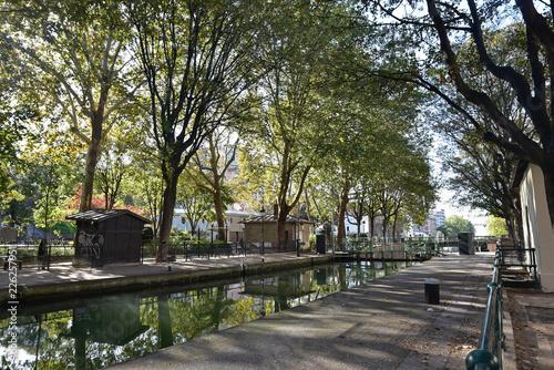 Keuken foto achterwand Canal Saint-Martin en automne à Paris, France
