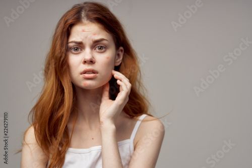 Photo surprised look woman loose hair gray background problem skin