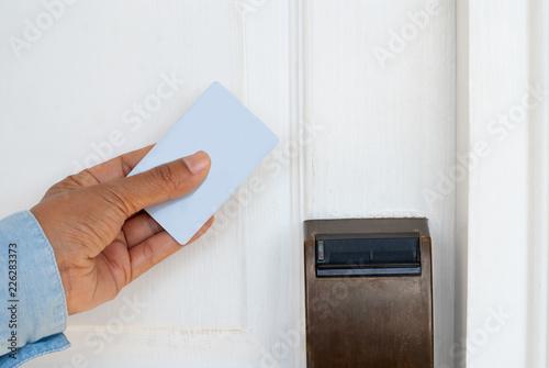 Zdjęcie XXL Ręka trzyma kartę klucza do odblokowania drzwi