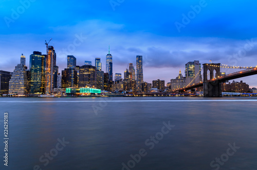 Wall Murals Vue de nuit de Manhattan depuis Brooklyn, New York, Etats-Unis
