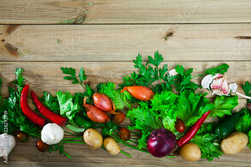 Fotografía  Vegetables assortment on wooden background, vegan cooking concept
