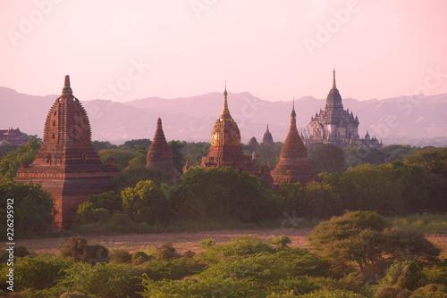 Foto  Ancient temples of Bagan in the violet twilight. Myanmar