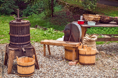 Photo  Apple Crushing and Pressing Romanian Traditional Workshop
