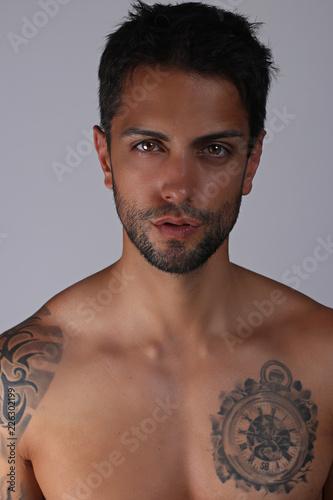 Fotografía  Gorgeous man model posing shirtless on gray background
