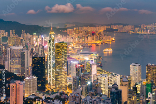 Spoed Foto op Canvas Stad gebouw Hong Kong central business downtown over Victoria bay at twilight