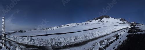 Fotobehang Antarctica Etna panoramica del paesaggio innevato di alta montagna sentiero e cratere
