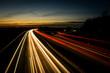 Langzeitbelichtung in der Nacht auf der Autobahn in Deutschland