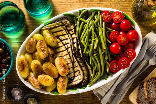 Photo a side dish of vegetables on the holiday table
