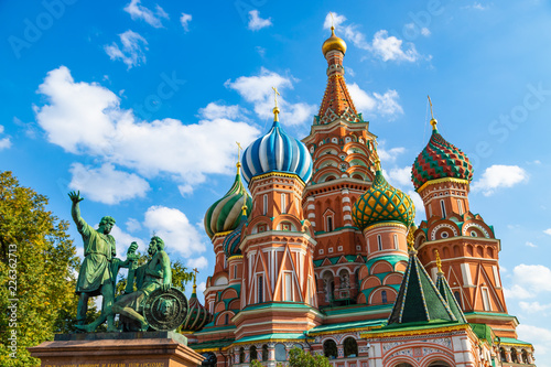 Poster Monument Saint Basils cathedral and monument to Minin and Pozharsky on Red Square in Moscow. Famous russian landmarks on blue sky background.