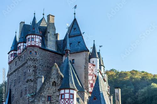 Foto  Burg Eltz in herbstlicher Landschaft