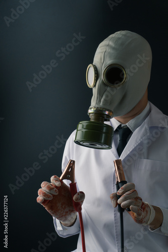 Photo  Evil and creepy medical experiment concept, a scary doctor in gas mask wearing b