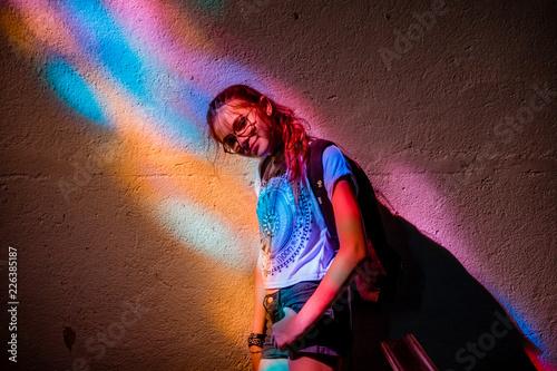 Photo  Jeune fille sous un vitrail dans L'église de Pontgibaud