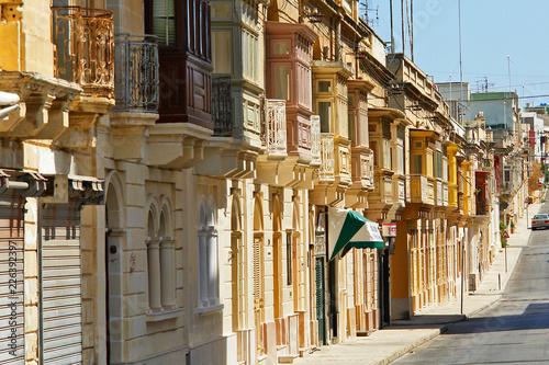 Typowa zabudowa ulicy maltańskiej - fototapety na wymiar