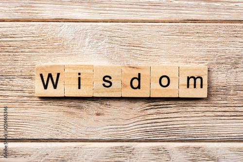 Fotografía  wisdom word written on wood block. wisdom text on table, concept