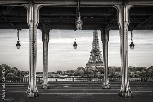 In de dag Centraal Europa Bir Hakeim bridge, Eiffel tower in the background, Paris France