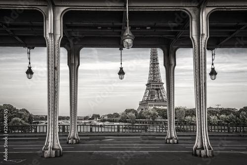 Keuken foto achterwand Centraal Europa Bir Hakeim bridge, Eiffel tower in the background, Paris France