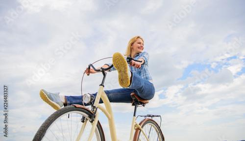 Photo  Woman feels free while enjoy cycling