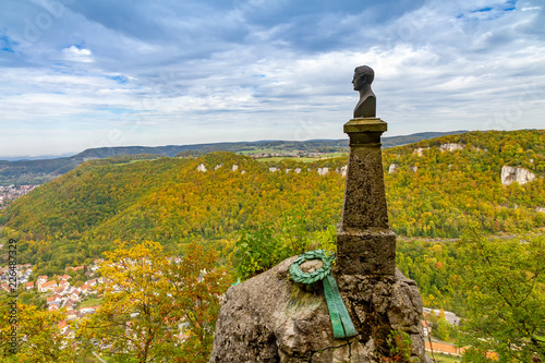Aussicht auf die schwäbische Alb, Albtrauf und Wilhelm Hauff Denkmal - Schloss Lichtenstein