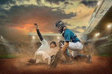 Gracze baseballa w akcji na stadionie.