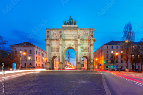 Foto op Plexiglas Europa The Siegestor or Victory Gate, triumphal arch crowned with a statue of Bavaria with a lion-quadriga, at night in Munich, Germany