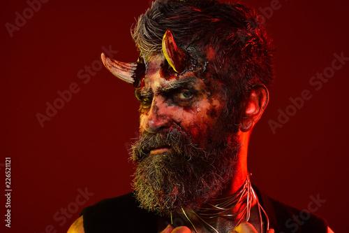 Fotografía  Halloween demon with bloody horns on head