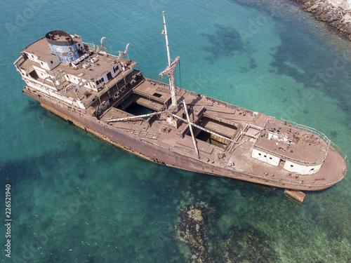 Vista aerea di un relitto di una nave nell'Oceano Atlantico Fotobehang
