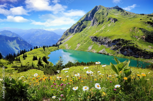Fototapeta Widok na górskie jezioro Seealpsee w Szwajcarii panoramiczna