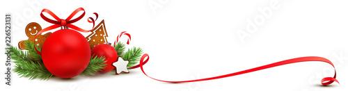 Obraz Weihnachtsschmuck Grußkarte rot - Weihnachtskugel mit Lebkuchen, Tannenzweige und geschwungener Schleife - fototapety do salonu
