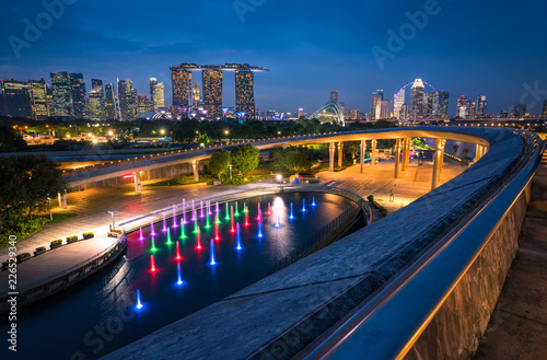 Spoed Foto op Canvas Stad gebouw Singapore city Skyline and view of skyscrapers on Marina Barrage at twilight time.