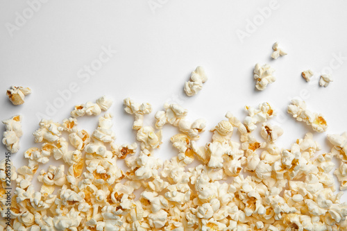 Cadres-photo bureau Graine, aromate Delicious fresh popcorn on white background, top view