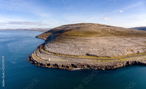 Zdjęcie XXL Widok z lotu ptaka ptaka z parku narodowego burren. sceniczny krajobraz turystyczny wpisany na listę światowego dziedzictwa Unesco i geoturystyka geoparkowa na dzikim atlantyku.