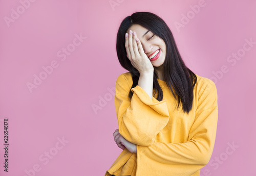 Fotografía  Pretty girl cute laughs in a frame on a pink background