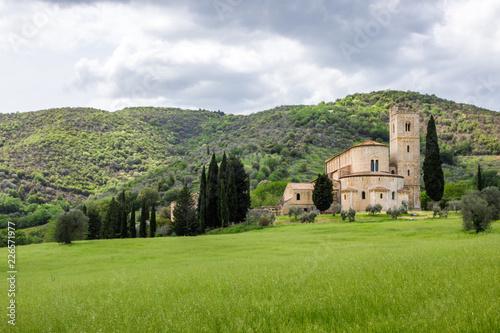 Deurstickers Toscane medieval monastery in Tuscany