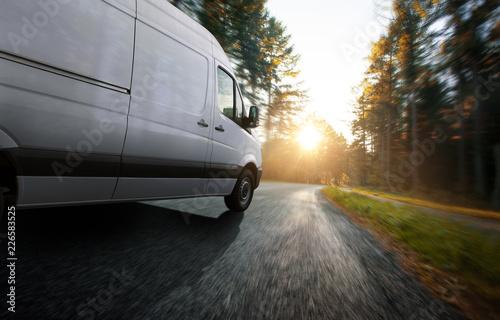 Lieferwagen auf einer Landstraße