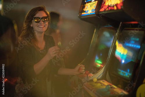 Leinwand Poster Girl playing arcade