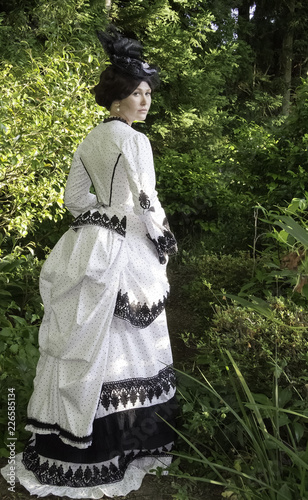 Fotomural Victorian woman in black and white bustle dress