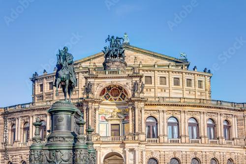 Foto op Plexiglas Theater Semperoper und Reiterstandbild König Johann auf dem Theaterplatz in Dresden