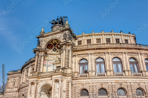 In de dag Theater Semperoper in Dresden vor blauem Himmel