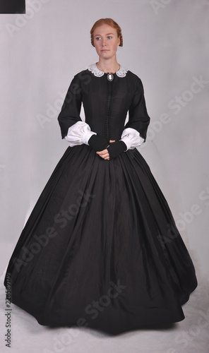 Fotomural Victorian woman in black dress