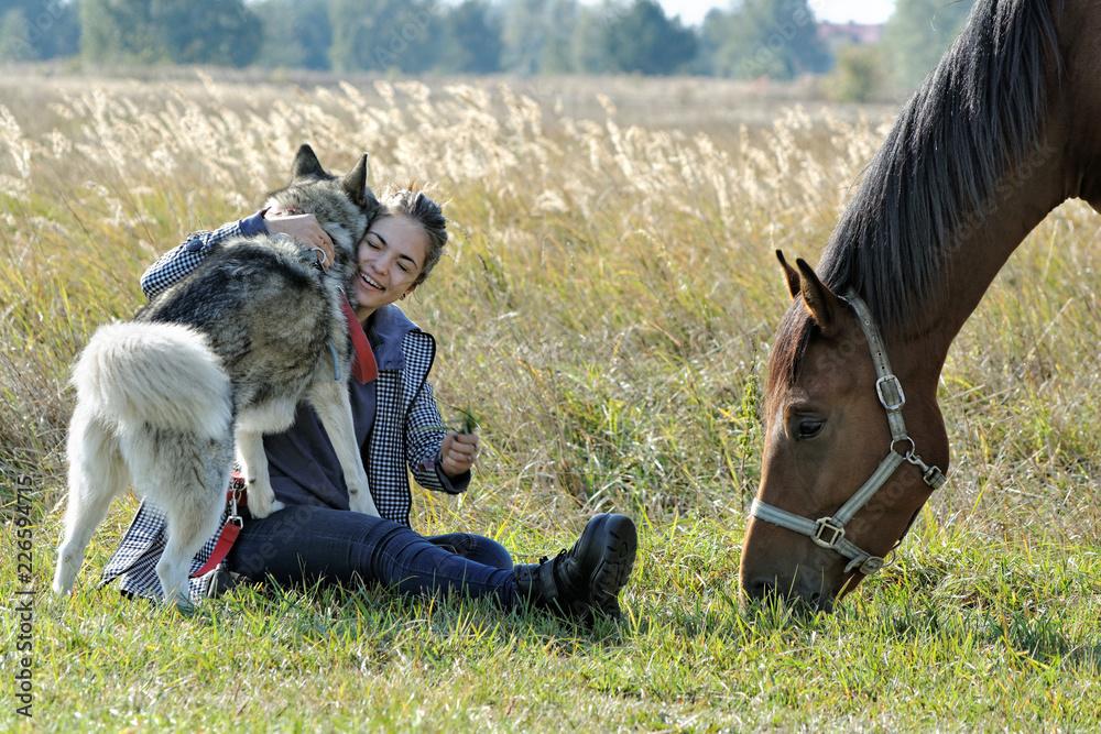 Fototapeta Dziewczyna spaceruje z psem