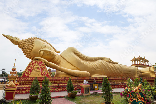 Foto  Large gilded Reclining Buddha statue at the Wat That Luang Tai Temple in Vientiane, Laos