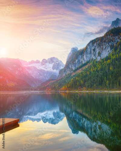 Photo sur Aluminium Lac / Etang autumn scenery with Dachstein mountain summit reflecting in crystal clear Gosausee mountain lake