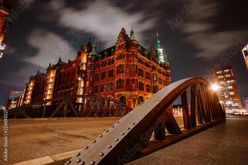 Fotografía  Old Speicherstadt in Hamburg illuminated at night