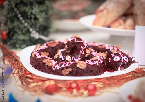 Tuinposter Klaar gerecht vegetarian dish of beets and nuts on a Christmas table.